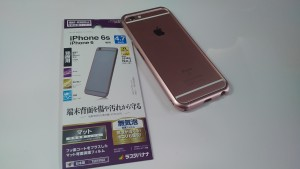 Kewersバンパーを装着した「iPhone 6s」に背面保護フィルムを貼ってみたらとても良い感じになりました