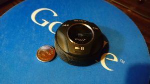 Sony製車載スマートフォンコントローラー「RM-X7BT」のシリンダー型リモコンの電源はボタン電池