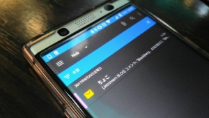 「BlackBerry Hub」で素早く未読メッセージをフィルタするピンチ操作【KEYone Tips】