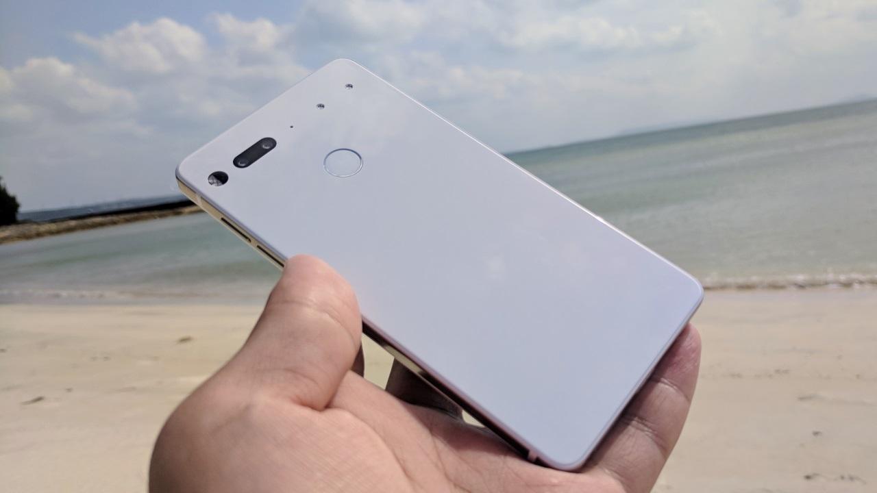 沖縄の砂浜よりもピュアホワイトな「Essential Phone」【レビュー】